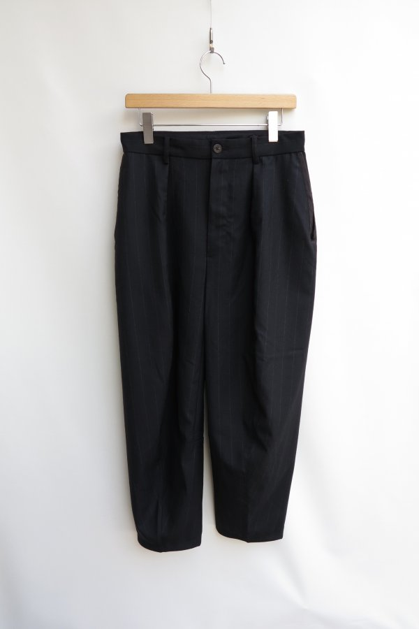 SLEEVE PATTERN CUTTED TAPERED TROUSERS (STRIPE)